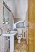 Туалет. Кипр, Гермасойя Лимассол : Прекрасная вилла с бассейном и зеленым двориком, 3 спальни, парковка, Wi-Fi