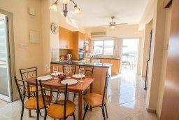 Обеденная зона. Кипр, Каппарис : Прекрасная вилла с бассейном, детской площадкой и патио, 2 спальни, парковка, Wi-Fi