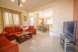 Гостиная. Кипр, Каппарис : Прекрасная вилла с бассейном, детской площадкой и патио, 2 спальни, парковка, Wi-Fi