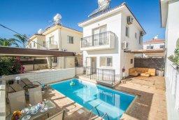Фасад дома. Кипр, Каппарис : Прекрасная вилла с бассейном, детской площадкой и патио, 2 спальни, парковка, Wi-Fi