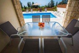 Обеденная зона. Кипр, Хлорака : Современная вилла с бассейном и двориком с барбекю, 3 спальни, 2 ванные комнаты, парковка, Wi-Fi
