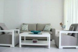 Гостиная. Кипр, Киссонерга : Уютная вилла с террасой и видом на море, 3 спальни, 2 ванные комнаты, парковка, Wi-Fi