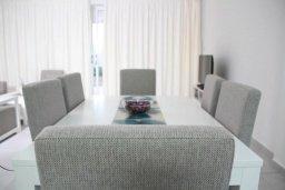 Обеденная зона. Кипр, Киссонерга : Уютная вилла с террасой и видом на море, 3 спальни, 2 ванные комнаты, парковка, Wi-Fi