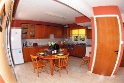 Кухня. Кипр, Мазотос : Уютная вилла с зеленым двориком и патио, 3 спальни, парковка, Wi-Fi