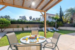 Терраса. Кипр, Нисси Бич : Великолепная вилла с зелёным двориком и барбекю, с 3 спальнями, расположена в знаменитом районе Nissi в Айя-Напе
