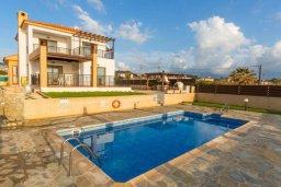 Фасад дома. Кипр, Корал Бэй : Роскошная вилла в 60 метрах от пляжа и с шикарным видом на море, 3 спальни, 3 ванные комнаты, барбекю, парковка, Wi-Fi