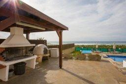 Территория. Кипр, Корал Бэй : Роскошная вилла в 60 метрах от пляжа и с шикарным видом на море, 3 спальни, 3 ванные комнаты, барбекю, парковка, Wi-Fi