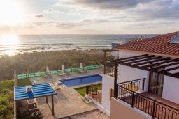 Вид на море. Кипр, Корал Бэй : Роскошная вилла в 60 метрах от пляжа и с шикарным видом на море, 3 спальни, 3 ванные комнаты, барбекю, парковка, Wi-Fi