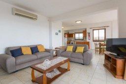 Гостиная. Кипр, Корал Бэй : Роскошная вилла в 60 метрах от пляжа и с шикарным видом на море, 3 спальни, 3 ванные комнаты, барбекю, парковка, Wi-Fi