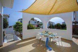 Терраса. Кипр, Коннос Бэй : Потрясающая вилла с зеленым двориком и барбекю, 3 спальни, 3 ванные комнаты, бильярд, парковка, Wi-Fi