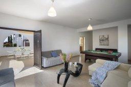 Гостиная. Кипр, Коннос Бэй : Потрясающая вилла с зеленым двориком и барбекю, 3 спальни, 3 ванные комнаты, бильярд, парковка, Wi-Fi