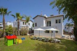 Территория. Кипр, Коннос Бэй : Потрясающая вилла с зеленым двориком и барбекю, 3 спальни, 3 ванные комнаты, бильярд, парковка, Wi-Fi