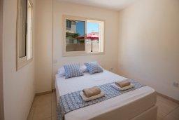 Спальня. Кипр, Пернера : Апартамент в комплексе с бассейном и в 100 метрах от пляжа, с гостиной, тремя спальнями и террасой