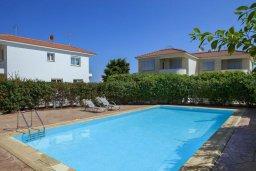 Бассейн. Кипр, Пернера : Апартамент в комплексе с бассейном и в 100 метрах от пляжа, с гостиной, двумя спальнями и террасой