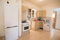 Кухня. Кипр, Пернера : Апартамент в комплексе с бассейном и в 100 метрах от пляжа, с гостиной, двумя спальнями и террасой