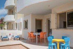 Терраса. Кипр, Пернера : Апартамент в комплексе с бассейном и в 100 метрах от пляжа, с гостиной, двумя спальнями и террасой