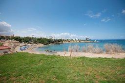 Ближайший пляж. Кипр, Пернера : Апартамент в комплексе с бассейном и в 100 метрах от пляжа, с гостиной, двумя спальнями и террасой