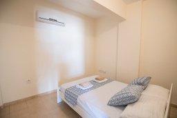Спальня. Кипр, Пернера : Апартамент в комплексе с бассейном и в 100 метрах от пляжа, с гостиной, двумя спальнями и балконом