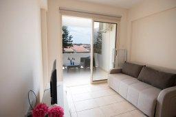 Гостиная. Кипр, Пернера : Апартамент в комплексе с бассейном и в 100 метрах от пляжа, с гостиной, двумя спальнями и балконом