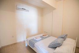 Спальня. Кипр, Пернера : Апартамент в комплексе с бассейном и в 100 метрах от пляжа, с гостиной, двумя спальнями и террасой