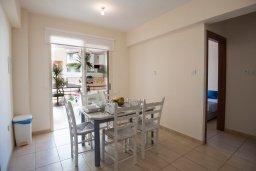 Обеденная зона. Кипр, Пернера : Апартамент в комплексе с бассейном и в 100 метрах от пляжа, с гостиной, двумя спальнями и террасой
