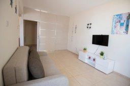 Гостиная. Кипр, Пернера : Апартамент в комплексе с бассейном и в 100 метрах от пляжа, с гостиной, двумя спальнями и террасой