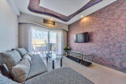 Гостиная. Кипр, Мутаяка Лимассол : Современный апартамент в комплексе с бассейном и в 50 метрах от пляжа, с гостиной, двумя спальнями и балконом с видом на море