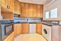 Кухня. Кипр, Мутаяка Лимассол : Современный апартамент в комплексе с бассейном и в 50 метрах от пляжа, с гостиной, двумя спальнями и балконом с видом на море