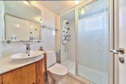 Ванная комната. Кипр, Мутаяка Лимассол : Современный апартамент в комплексе с бассейном и в 50 метрах от пляжа, с гостиной, двумя спальнями и балконом с видом на море