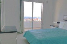 Спальня. Кипр, Айос Тихонас Лимассол : Апартамент в комплексе с бассейном, с гостиной, двумя спальнями и балконом с видом на море