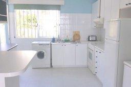 Кухня. Кипр, Айос Тихонас Лимассол : Апартамент в комплексе с бассейном, с гостиной, двумя спальнями и балконом с видом на море