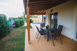 Обеденная зона. Кипр, Аргака : Роскошная вилла в 50 метрах от пляжа, с бассейном и зеленым двориком с барбекю, 3 спальни, 4 ванные комнаты, парковка, Wi-Fi