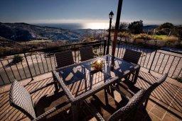 Обеденная зона. Кипр, Пейя : Роскошная вилла с бассейном и джакузи, 6 спален, 5 ванных комнат, барбекю, патио, парковка, Wi-Fi