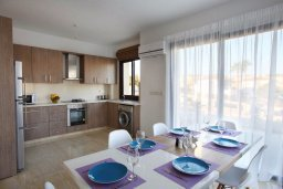 Кухня. Кипр, Хлорака : Прекрасная вилла с бассейном и зеленым двориком с барбекю, 100 метров до пляжа, 3 спальни, 3 ванные комнаты, парковка, Wi-Fi