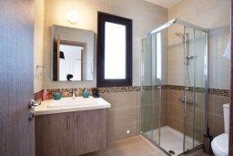 Ванная комната. Кипр, Хлорака : Прекрасная вилла с бассейном и зеленым двориком с барбекю, 100 метров до пляжа, 3 спальни, 3 ванные комнаты, парковка, Wi-Fi