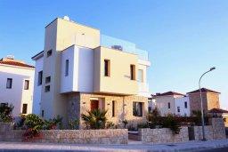 Фасад дома. Кипр, Хлорака : Прекрасная вилла с бассейном и зеленым двориком с барбекю, терраса на крыше с видом на море, 3 спальни, 2 ванные комнаты, парковка, Wi-Fi