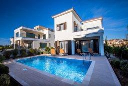 Фасад дома. Кипр, Хлорака : Роскошная вилла в 100 метрах от пляжа, с бассейном и двориком с барбекю, 3 спальни, 3 ванные комнаты, парковка, Wi-Fi