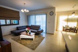 Гостиная. Кипр, Хлорака : Роскошная вилла в 100 метрах от пляжа, с бассейном и двориком с барбекю, 3 спальни, 3 ванные комнаты, парковка, Wi-Fi