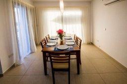 Обеденная зона. Кипр, Хлорака : Роскошная вилла в 100 метрах от пляжа, с бассейном и двориком с барбекю, 3 спальни, 3 ванные комнаты, парковка, Wi-Fi