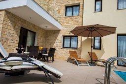 Зона отдыха у бассейна. Кипр, Хлорака : Роскошная вилла с бассейном и зеленым двориком с барбекю, 3 спальни, 3 ванные комнаты, парковка, Wi-Fi