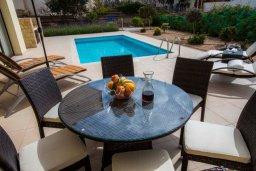 Обеденная зона. Кипр, Хлорака : Роскошная вилла с бассейном и зеленым двориком с барбекю, 3 спальни, 3 ванные комнаты, парковка, Wi-Fi