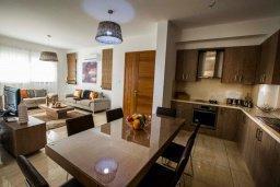 Кухня. Кипр, Хлорака : Роскошная вилла с бассейном и зеленым двориком с барбекю, 3 спальни, 3 ванные комнаты, парковка, Wi-Fi