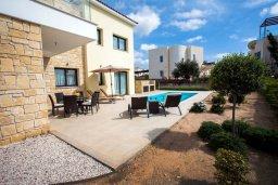 Территория. Кипр, Хлорака : Роскошная вилла с бассейном и зеленым двориком с барбекю, 3 спальни, 3 ванные комнаты, парковка, Wi-Fi