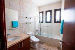 Ванная комната. Кипр, Хлорака : Роскошная вилла с бассейном и зеленым двориком с барбекю, 3 спальни, 2 ванные комнаты, парковка, Wi-Fi