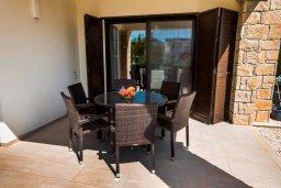 Обеденная зона. Кипр, Хлорака : Роскошная вилла с бассейном и зеленым двориком с барбекю, 3 спальни, 2 ванные комнаты, парковка, Wi-Fi
