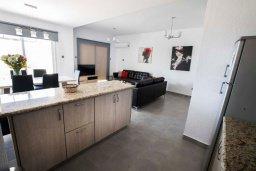 Кухня. Кипр, Хлорака : Современная вилла с джакузи и видом на море в комплексе с бассейном, 3 спальни, 3 ванные комнаты, парковка, Wi-Fi