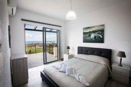 Спальня. Кипр, Хлорака : Современная вилла с джакузи и видом на море в комплексе с бассейном, 3 спальни, 3 ванные комнаты, парковка, Wi-Fi