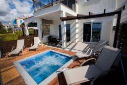 Терраса. Кипр, Хлорака : Современная вилла с джакузи и видом на море в комплексе с бассейном, 3 спальни, 3 ванные комнаты, парковка, Wi-Fi