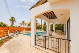 Территория. Кипр, Корал Бэй : Прекрасная вилла с 4 спальнями, с приватным бассейном, тенистой террасой с патио и барбекю, расположена у пляжа Corallia Beach