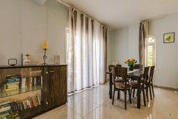 Обеденная зона. Кипр, Корал Бэй : Прекрасная вилла с 4 спальнями, с приватным бассейном, тенистой террасой с патио и барбекю, расположена у пляжа Corallia Beach